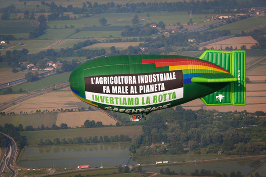 Greenpeace-Airship Calls for Upscaling of Ecological Farming in Italy