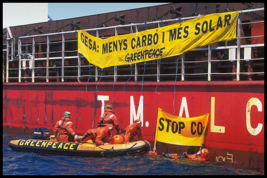 Action to stop uerto Aludici Dos delivering coal to power stations on Mallorca, Spain