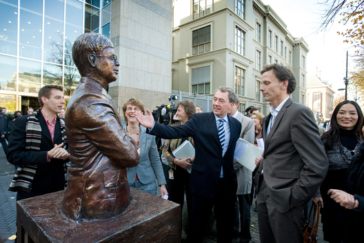Unveiling statue of Prime Minister Balkenende