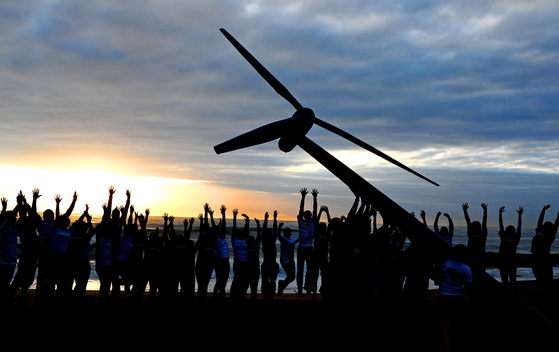 Raising a Wind Turbine in Durban