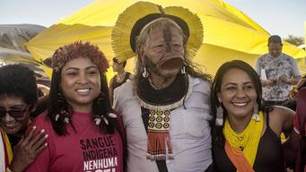 Indigenous leader Angela Kaxuyana (left) with Cacique Raoni