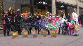 "Trash Queen promotes ""Buy Nothing Day"" on Black Friday in Hamburg - Web Video"